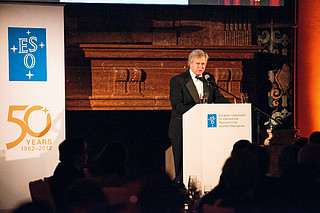 Brian Schmidt no evento de gala do 50º aniversário do ESO