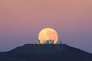 Dramatic Moonset — Amazing Sight on Cerro Paranal, Home of ESO's Very Large Telescope (VLT)