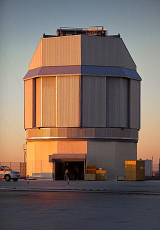 El telescopio más grande del mundo, diseñado para rastrear el cielo en luz visible Working-on-vst