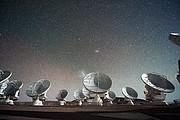 O Atacama Large Millimiter/submillimeter Array (ALMA) de noite, sob as Nuvens de Magalhães