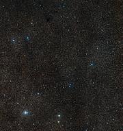 Visión de amplio campo del cielo que rodea a la nebulosa planetaria Henize 2-428