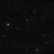 Visión de amplio campo del cielo alrededor de la inusual estrella binaria V471 Tauri