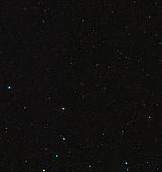 Visión de amplio campo del cielo que rodea al rico cúmulo de galaxias Abell 1689