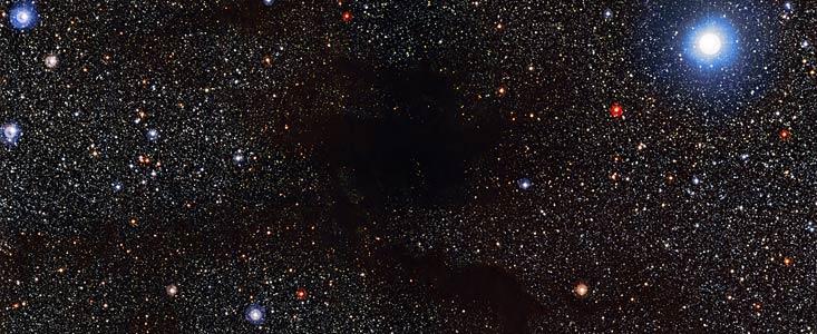 El instrumento Wide Field Imager, instalado en el telescopio MPG/ESO de 2,2 metros de ESO, en el Observatorio La Silla, en Chile, ha captado esta imagen de la nube oscura Lupus 4 ocultando la luz de las estrellas del fondo. Lupus 4 es una densa burbuja de gas y polvo donde se espera que nazcan nuevas estrellas. La nube se encuentra a unos 400 años luz de la Tierra, a caballo entre las constelaciones de Lupus (el Lobo) y Norma (la Plaza del Carpintero).