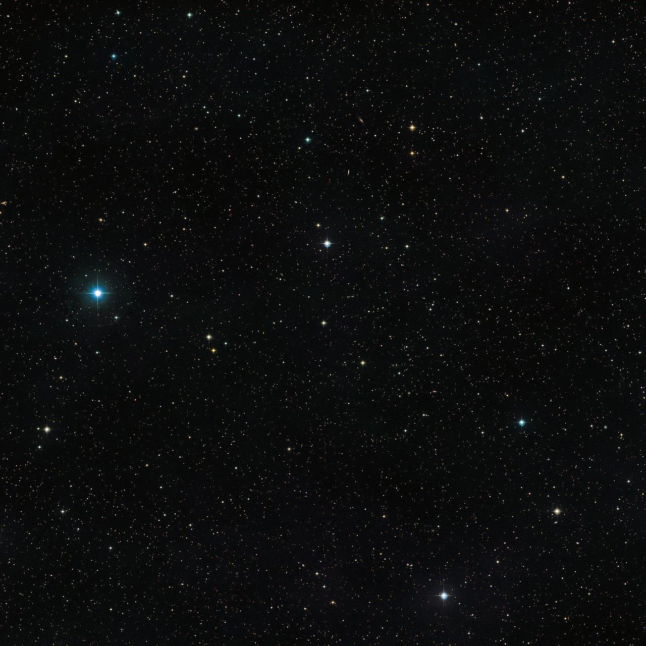 Esta fotografía muestra el cielo que rodea a la inusual estrella doble  V471 Tauri. El propio objeto es visible en el centro de la imagen como una estrella de apariencia anodina y brillo moderado. Esta fotografía fue creada a partir imágenes del sondeo Digitized Sky Survey 2.
