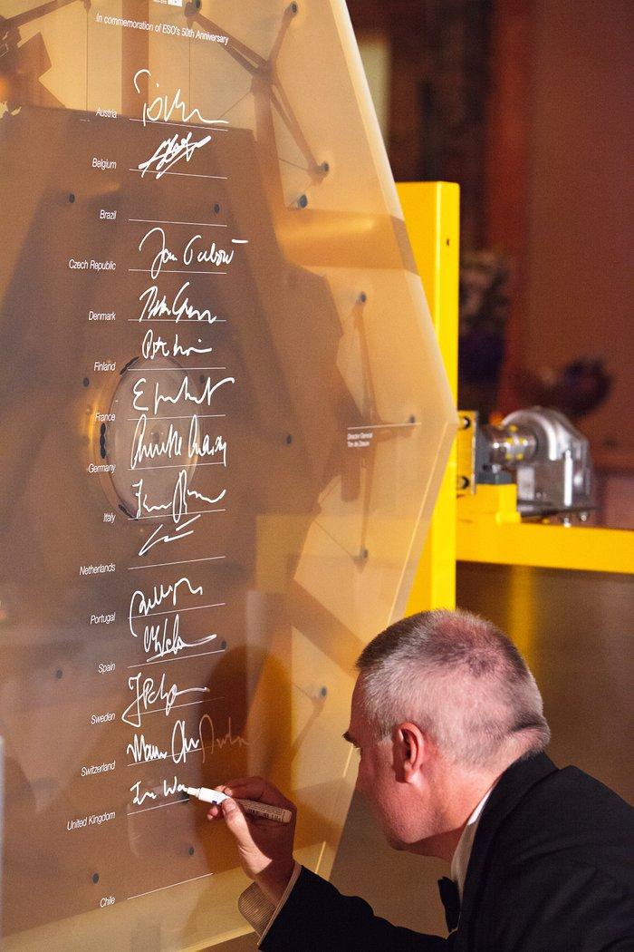 Autografando um protótipo de um segmento de espelho do E-ELT para marcar o 50º aniversário do ESO