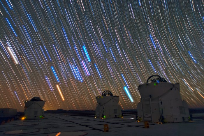 Scie luminose di stelle sopra il VLT a Paranal