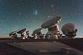 Das nächtliche Atacama Large Millimeter/submillimeter Array (ALMA) unter den Magellanschen Wolken