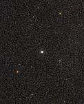 Visión de amplio campo del cielo que rodea al cúmulo globular de estrellas Messier 54